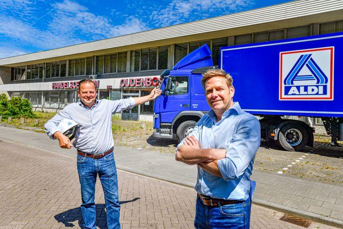 Projectontwikkelaars Raimond van Os (l) en Gerald Kas hebben de Aldi vrachtwagen alvast voorgereden voor het Handelscentrum Oudenbosch. Het is aan de gemeenteraad woensdag of het ook doorgaat.