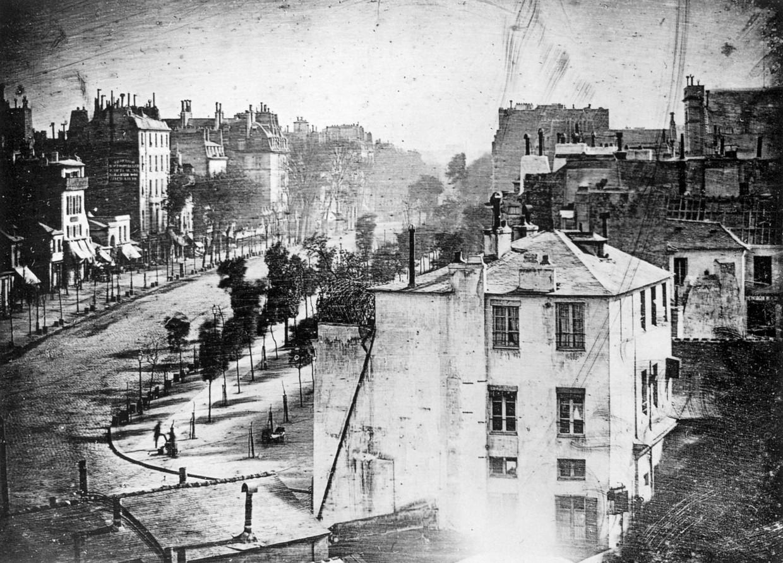 De eerste 'daguerrotype' uit 1839. Van al het voorbijkomende verkeer op de Boulevard du Temple tijdens de twintig minuten opnametijd is niets meer te zien.