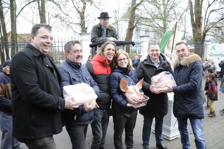 De varkenskopverkoop is al jaren een traditie in Wever.
