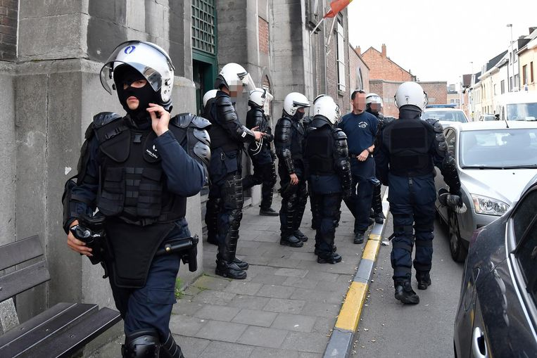 De politie aan de gevangenis in Dendermonde na de opstand.