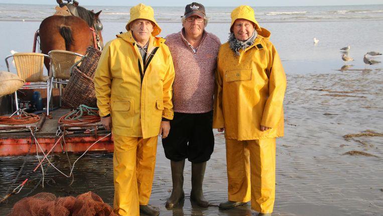 Op de foto staan beide oud-wielrenners Freddy Maertens (66) en Michel Pollentier (67) bij garnaalvisser Marius Dugardein.