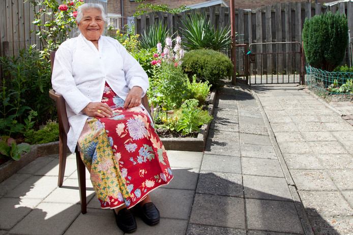 Cornelie Manuputty-Siwalete - Oma Nel - houdt vast aan gebruiken van haar geboorte-eiland Ambon.