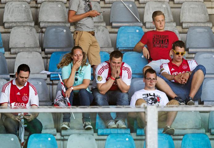 Ajax-fans treuren om het verloren kampioenschap in het uitvak van De Vijverberg na het gelijkspel tegen De Graafschap in het seizoen 2015/2016.