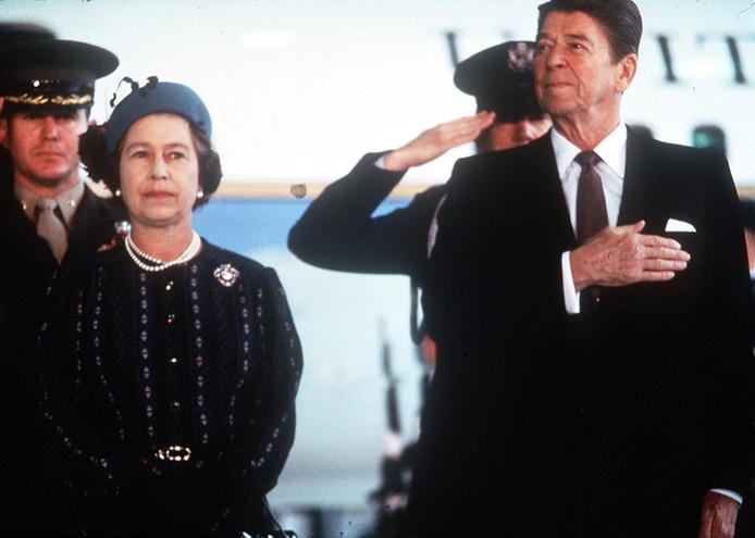 Mars 1983. La reine Elisabeth II rencontre Ronald Reagan à Sacramento (Californie), à une époque où elle, comme le monde entier, s'attend à voir éclater la Troisième guerre mondiale.