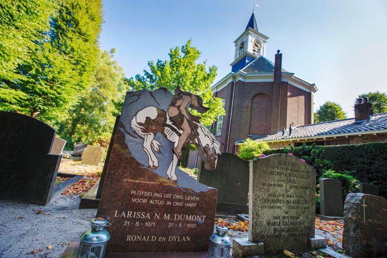Het graf van Larissa Dumont. Ze werd in 1997 met een forse snee in haar hals aangetroffen. Ze zou bij de val van haar paard aan een spijker blijven hangen. Beeld Hollandse Hoogte