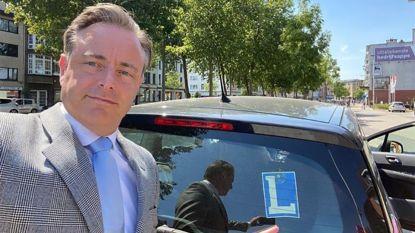 De Wever en Magnette aangekomen bij de koning: zoon Hendrik voerde papa De Wever naar paleis