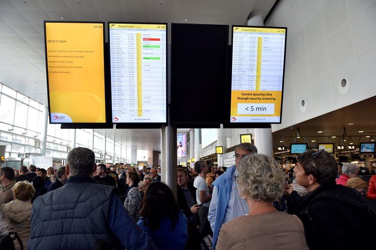 De wachtende menigte op de luchthaven van Zaventem