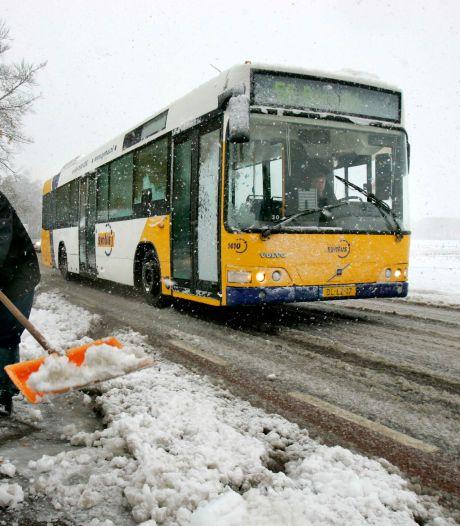Terugblik op historische sneeuwstorm: slapen bij vreemden en glijdende bussen in Oost-Nederland