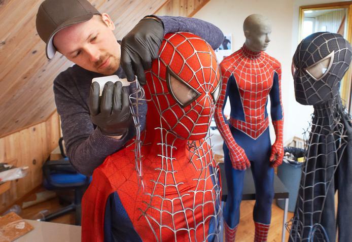 Archieffoto: Yuri Schuurkes uit Uden aan het werk aan een van zijn Spider-Man-pakken