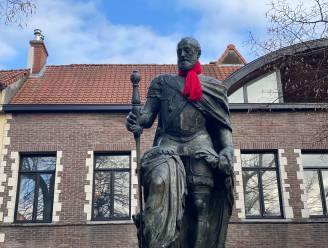 Gentenaars die Keizer Karel een warm hart toedragen? Deze rode sjaal bewijst dat ze bestaan