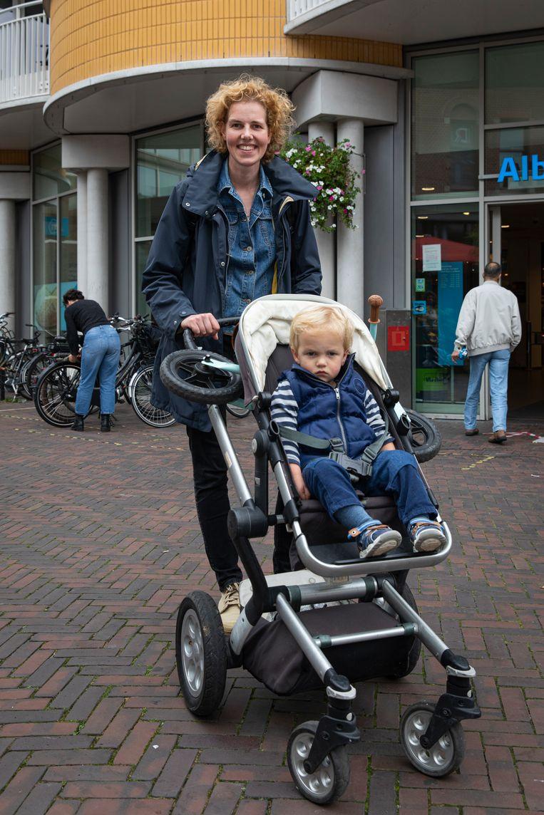 Celine Leenen met één van haar twee kinderen.  Beeld Dingena Mol