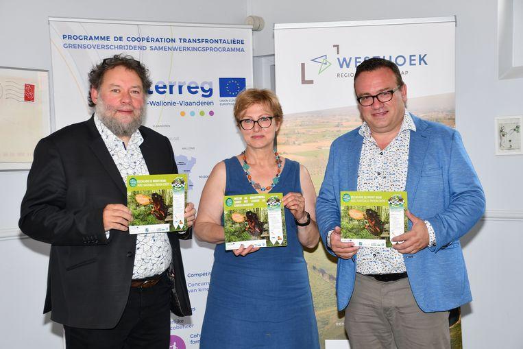 Op de foto v.l.n.r. Philippe Mouton (schepen Milieu Komen-Waasten), Bénédicte Crepel (Communauté de Communes de Flandre intérieure) en Jurgen Vanlerberghe (voorzitter Regionaal Landschap Westhoek)