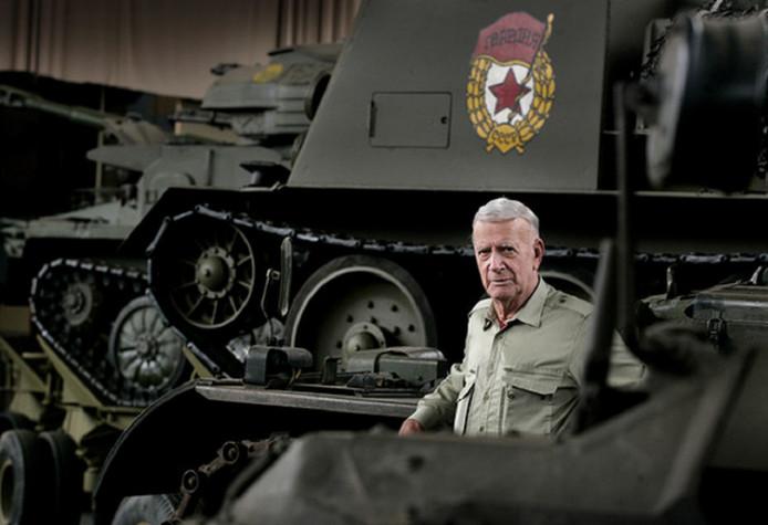 Jaap de Groot tussen een aantal tanks uit zijn collectie.
