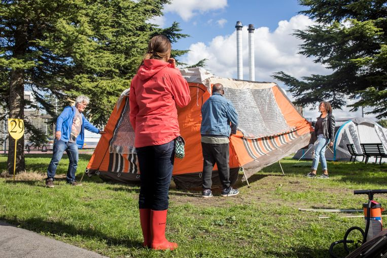 Gasten op de buurtcamping zetten samen de tent op. Beeld Buurt Campings