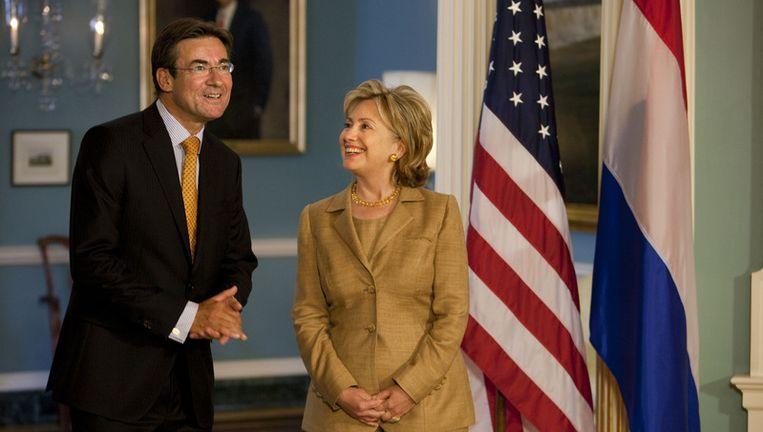 Toenmalig minister van Buitenlandse Zaken Maxime Verhagen en zijn collega Hillary Clinton in 2009, over een uitnodiging aan Nederland om aan te schuiven bij de G20-top in Pittsburgh. © anp Beeld