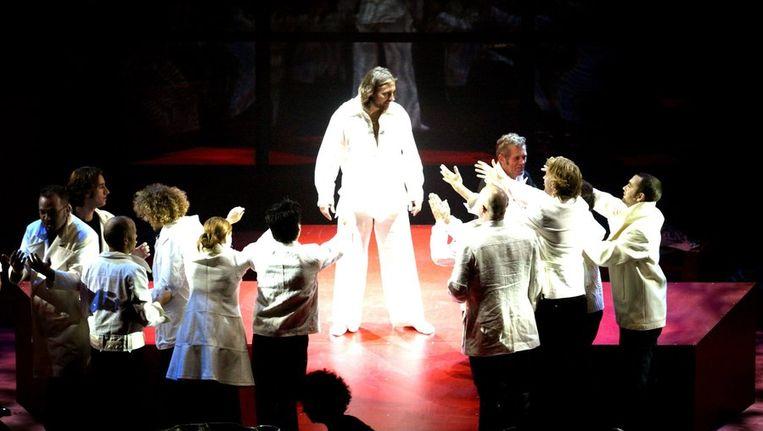 Dieter Troubleyn (Jezus) en andere acteurs staan in 2005 tijdens de repetities van de musical Jesus Christ Superstar op het toneel, in Veenendaal. Beeld ANP