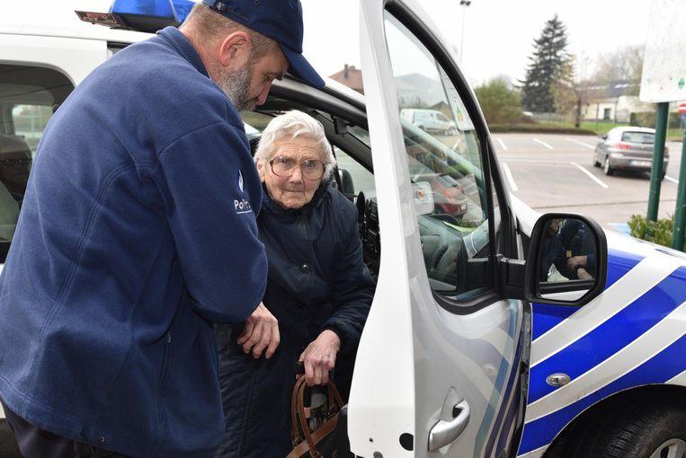 Wie niet meteen bij familie of vrienden terecht kon, werd door de politie naar de sporthal gebracht.