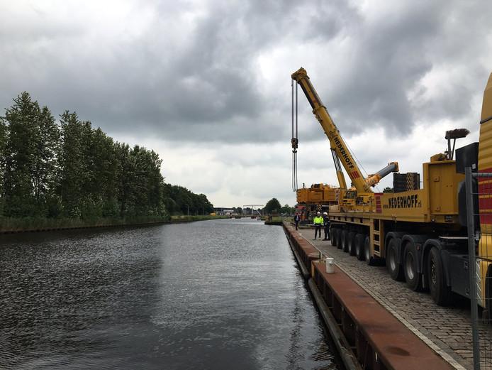 2 kranen doe 750 tillen, plukken de vracht straks uit het kanaal.