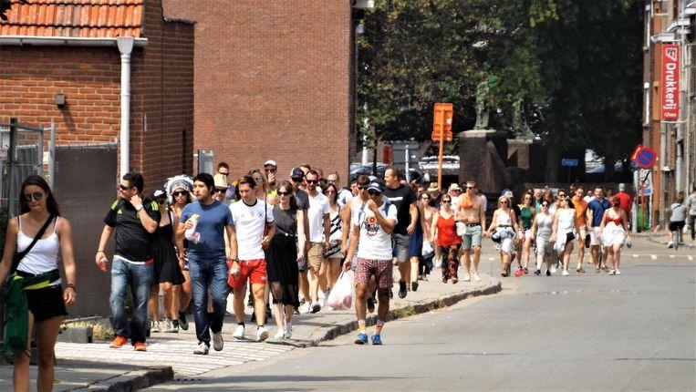 De festivalgangers begeven zich door de Velodroomstraat op weg naar de festivalweide.