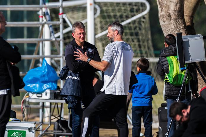 Frank Wormuth is gesprek met Marco Rose, de trainer van Borussia Mönchengladbach.,