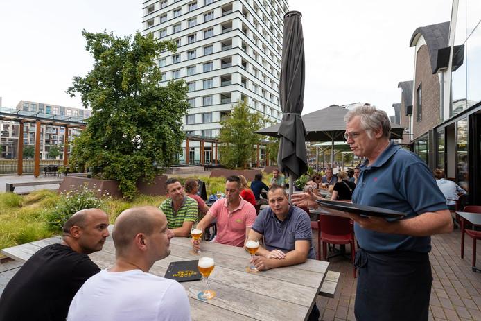 Erwin de Wit vertelt met passie over hoe je naar bier moet kijken, ruiken en proeven aan de Rosmalense vrienden en collega's die een bierproeverij hebben