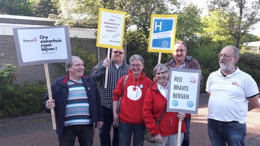 De actiegroep Red Bravis Bergen is met protestborden aanwezig.