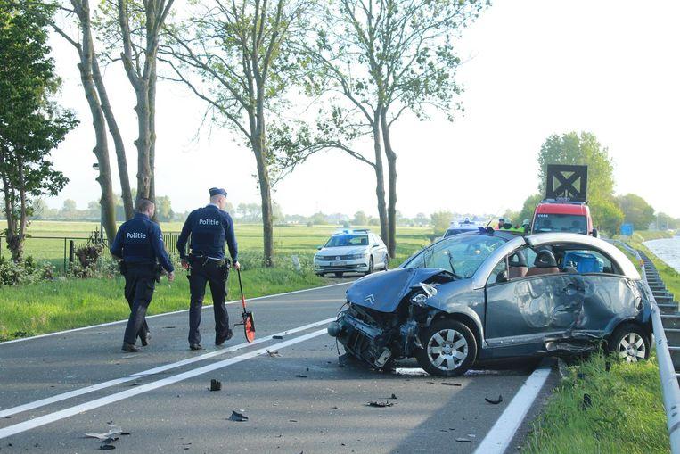 De auto belandde tegen de vangrail langs de Brugsevaart.
