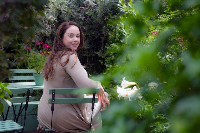 Anne Wieggers in haar duurzame tuin van haar woning in de Hatertse Hei.