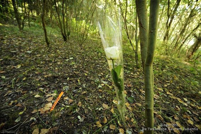Op de plek waar het lichaam van Sandra van Duijk is gevonden staat een piketpaaltje van de politie met een witte roos ernaast.