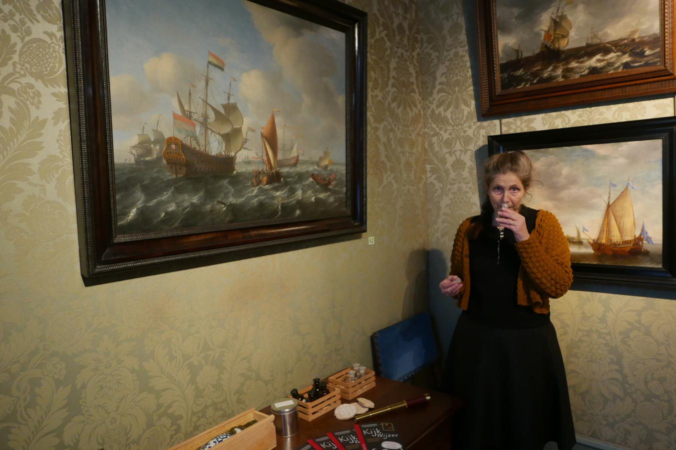 Elsje Drewes demonstreert de reuktest van 17de-eeuwse specerijen die kinderen kunnen doen in Museum Bredius.