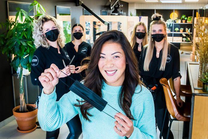 Het personeel van Haarpunt Stefanie gebruikt al langere tijd mondkapjes. De dames zijn blij dat ze mogen blijven knippen.