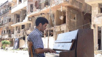 """Syrische pianist treedt nu op in Vlaamse cultuurcentra: """"Niet meer tussen ruïnes. Maar verwoesting zit nog steeds in zijn hoofd"""""""