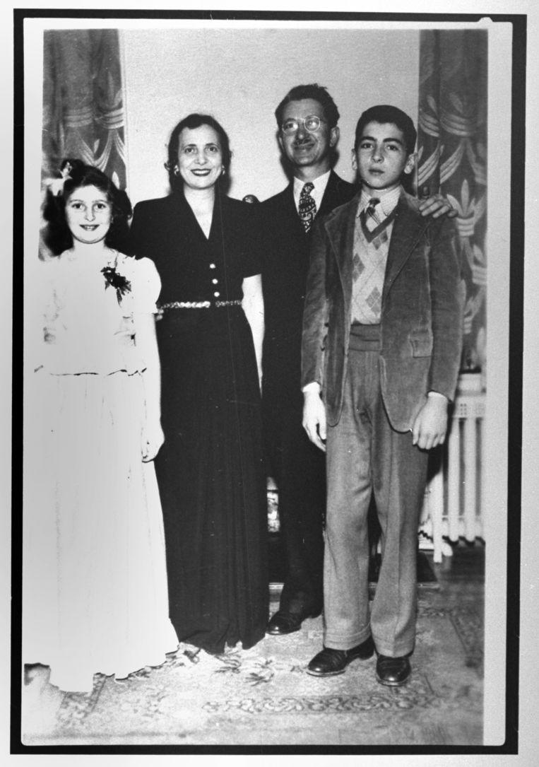 Jeugdfoto van Talese met ouders en zus Beeld Getty