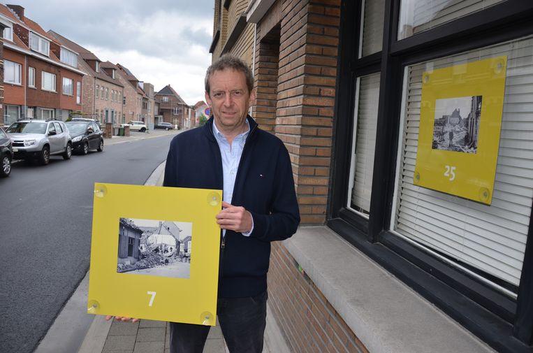 Alain Debbaut toont één van de vele historische beelden die je kan bekijken tijdens een wandeling tussen de Sterrestraat en de Bosmanstraat.