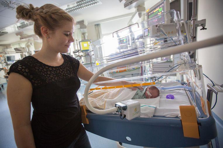 Dankzij een camera op het bedje voelt Saskia zich constant verbonden met haar zoontje Ellis