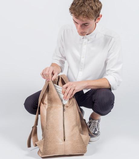 Verliefd op vis: student Roy maakt tas van zalmhuid