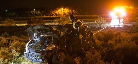 Automobiliste slaat meerdere keren over de kop langs A50 bij Hattem
