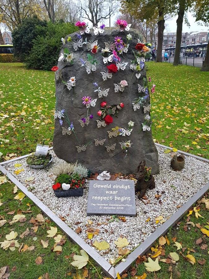 De vlinderrots in Hoorn, ter nagedachtenis aan de vermoorde Nadine Beemsterboer, dient als voorbeeld voor het monument in Tilburg.