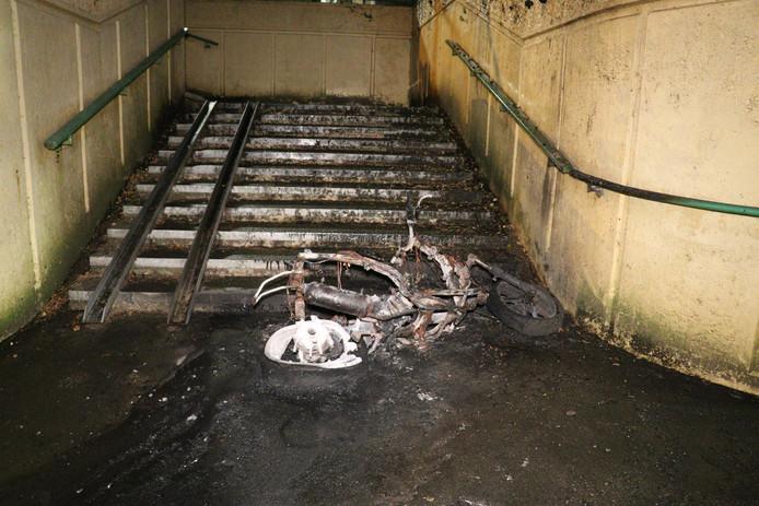 Van de in brand gestoken scooter bleef niet veel over.