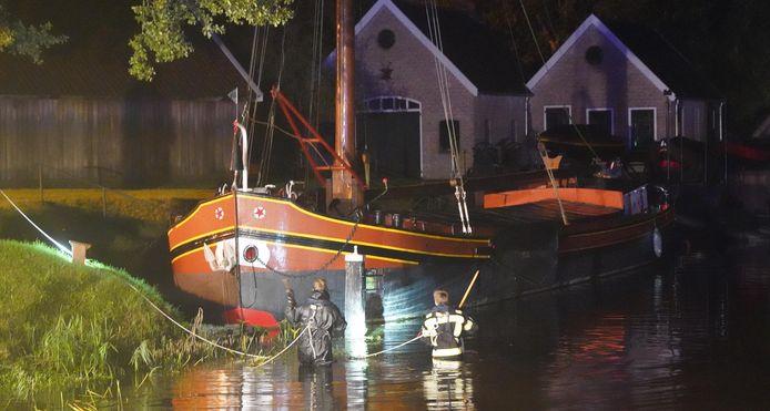 Hulpdiensten gaan het water in bij Dedemsvaart.