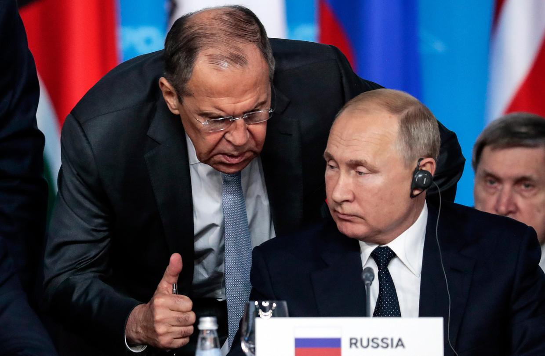 Vladimir Poetin en minister van buitenlandse zaken Sergej Lavrov tijdens de Rusland-Afrika-top in Sotsji op 24 oktober 2019.