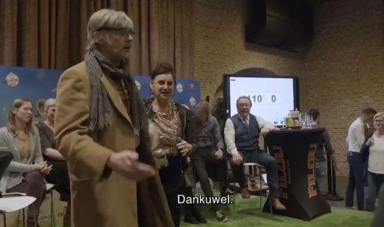 'Superfan' Willy Verstreken neemt de cast van F.C. De Kampioenen beet in het Bierkasteel.