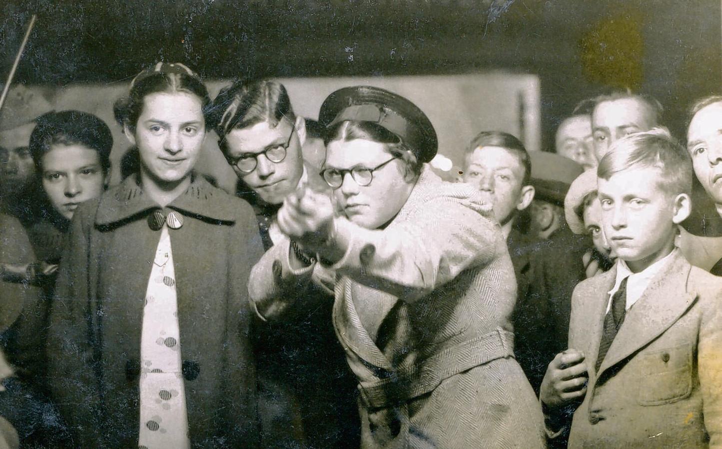 Ria bij de schiettent in 1938.