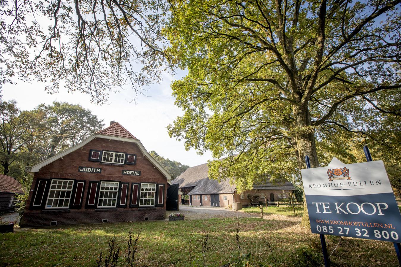 Het bordje 'Te koop' is al weggehaald. Landgoedboerderij de Judithhoeve is verkocht aan Marcel en Simone Berends van Werkboerderij Berends uit Oldenzaal.