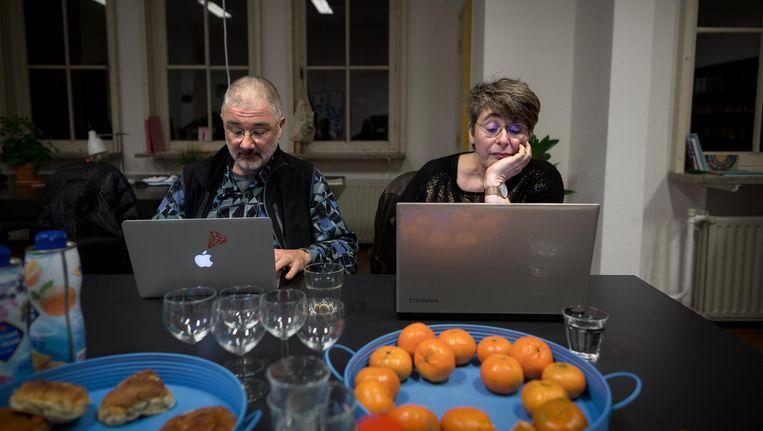 Vanuit het 'hoofdkwartier' mengen de leden van de actiegroep zich in discussies met PVV-aanhangers. Rechts: Liesbeth Jongkind Beeld Rink Hof