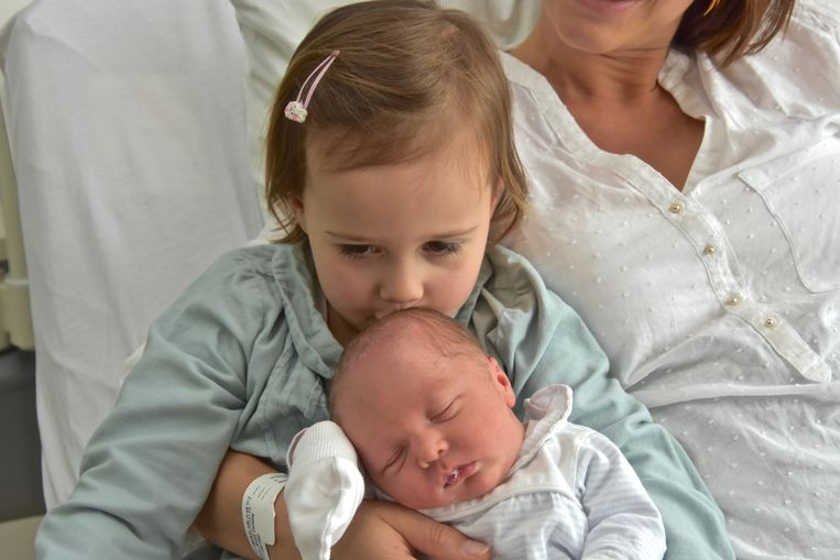 Grote zus Bo overlaadt Scott met kusjes.