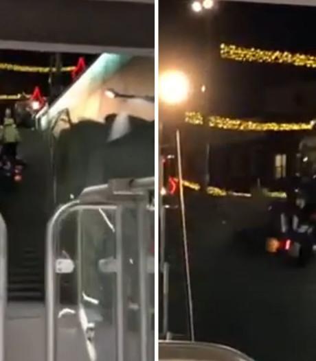 Motoragent komt ten val bij oprijden metrotrap Amsterdam