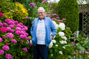 Jan in de tuin van zijn huis.