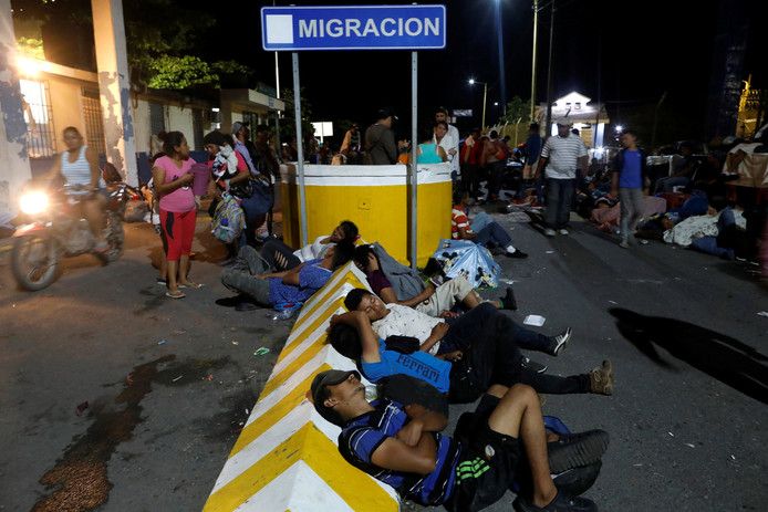 Enkele migranten rusten bij een meldpunt op de grens tussen Guatemala en Mexico.
