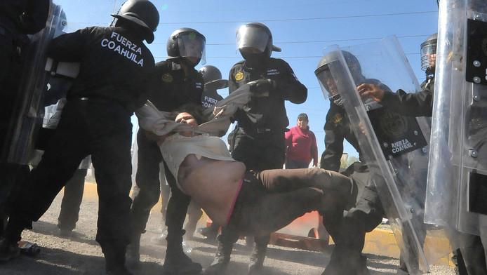 Agenten arresteren een demonstrant in Monclova bij protesten tegen hogere benzineprijzen.